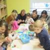 Spotkanie rodzinne przy robieniu kartek świątecznych w gr Tygrysków i Misiów