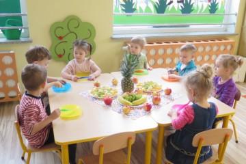 Kwiatuszki i Pszczółki robiły sałatke owocową.