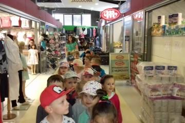 Grupa Tygrysków na wycieczce w sklepie
