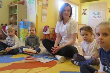 Dzień Zdrowia - Pani Kasia studentka V roku stomatologi z wizytą w gr. Kwiatuszków