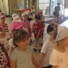 Tata Adasia zaprosił grupę Kwiatuszków na lody do Galerii Alius.
