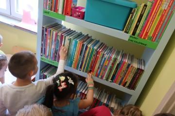 Misie poznają przedszkolną bibliotekę.