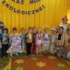 Pokaz mody – dzieci prezentują się w ubraniach ekologicznych (recykling)