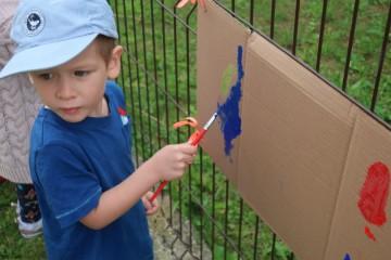 Dzień artysty – malowanie plakatów w ogrodzie przedszkolnym