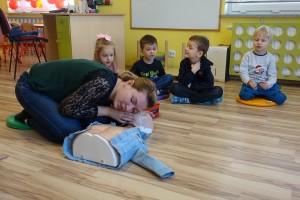 Ćwiczenia z AED (automatyczny defibrylator) u Tygrysków