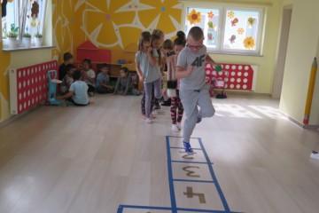Gramy w klasy – poznanie zasad gry w klasy, wspólna zabawa