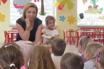 Rodzice czytają dzieciom - mama Wanessy.