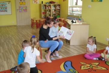 Rodzice czytają dzieciom, mama Lilianki D.