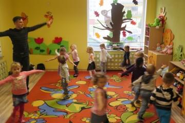 Zajęcia taneczne w gr. Tygrysków, Misiów i Kropeczek.