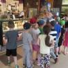 Tata Antka zaprosił Tygryski na lody do Galerii Alius.
