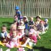 Piknik Pszczółek w ogrodzie przedszkolnym.
