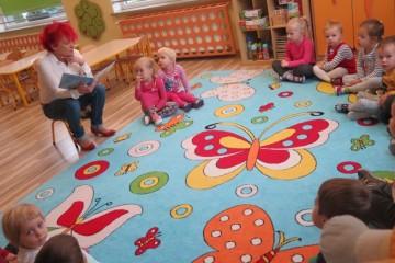 Babcia Zuzi  czytała Bajeczki w gr. Pszczółek