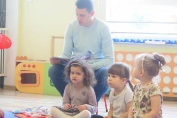 Rodzice czytają dzieciom, tata Zuzi