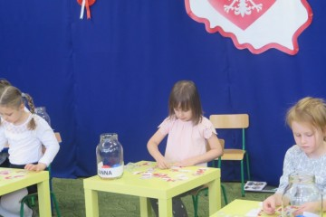 Ada z gr. Kropeczek na międzyprzedszkolnym konkursie patriotycznym w Przedszkolu Miejskim nr 10