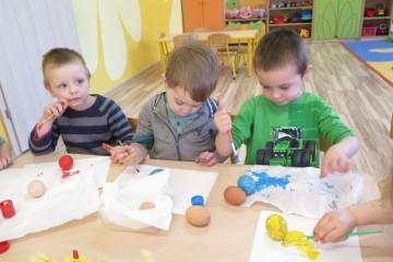 Malowanie jajek w gr. Kwiatuszków
