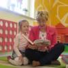 Rodzice czytają dzieciom, mama Helenki