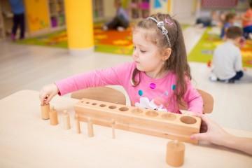 Prace z materiałem montessori - bloki z cylindrami i brązowe schody