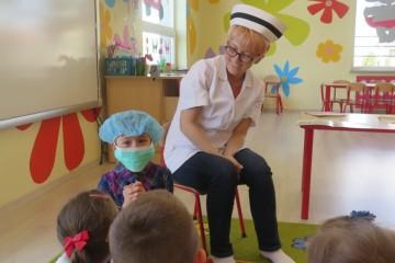 Poznajemy zawody rodziców, mama Izy G gr.Misiów - pielęgniarka