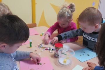 Kwiatuszki robiły kartki świąteczne dla przedszkolaków z warszawskiego przedszkola.
