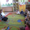 Rodzice czytają Dzieciom, mama Lili, Oli, Helenki, Natalki i tata Amelki.