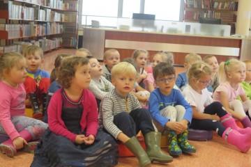 Teatrzyk kamishibai pt.'Brzydkie kaczątko\'  w Bibliotece Pedagogicznej gr. Kwiatuszków